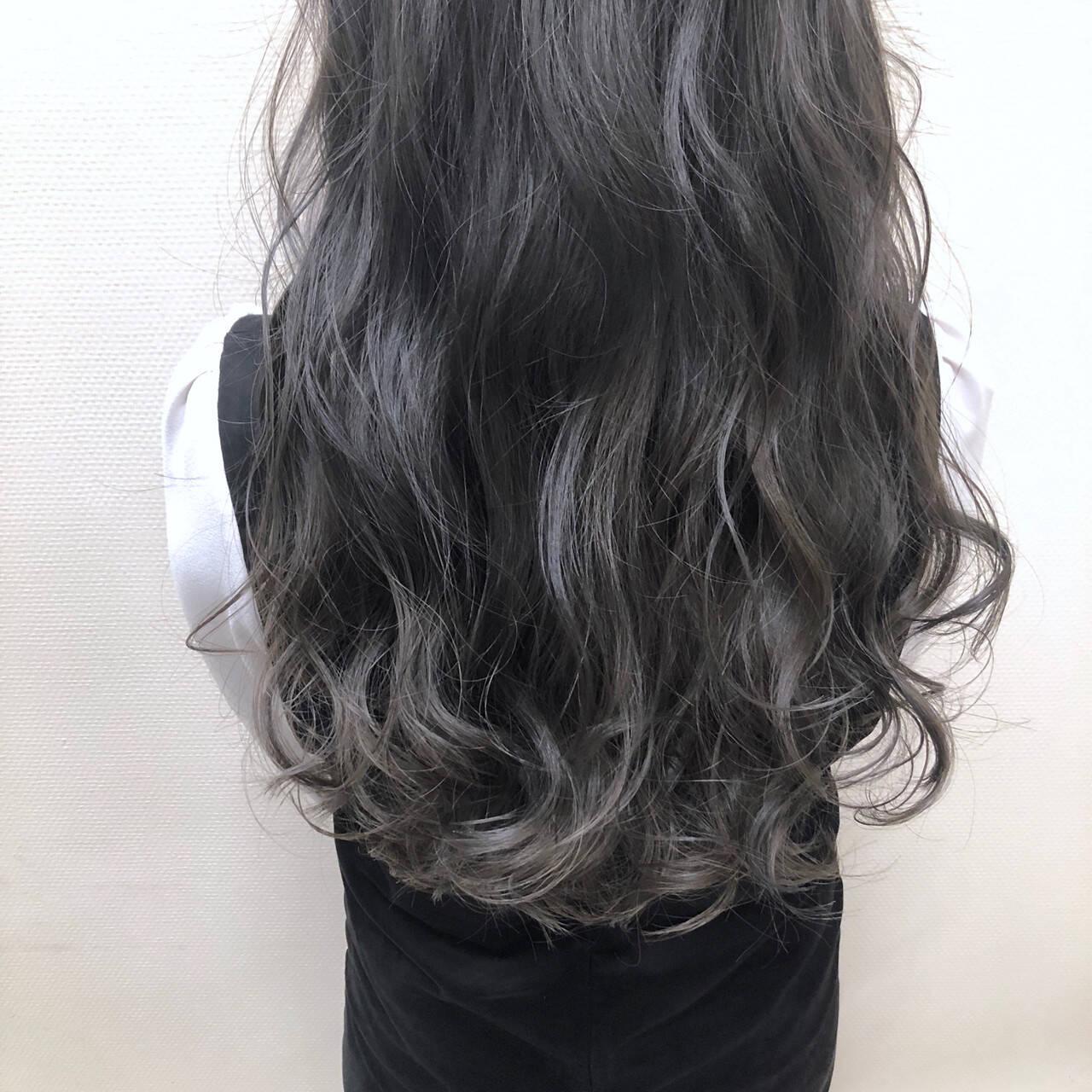 アッシュベージュ グレー ヘアアレンジ グラデーションカラーヘアスタイルや髪型の写真・画像