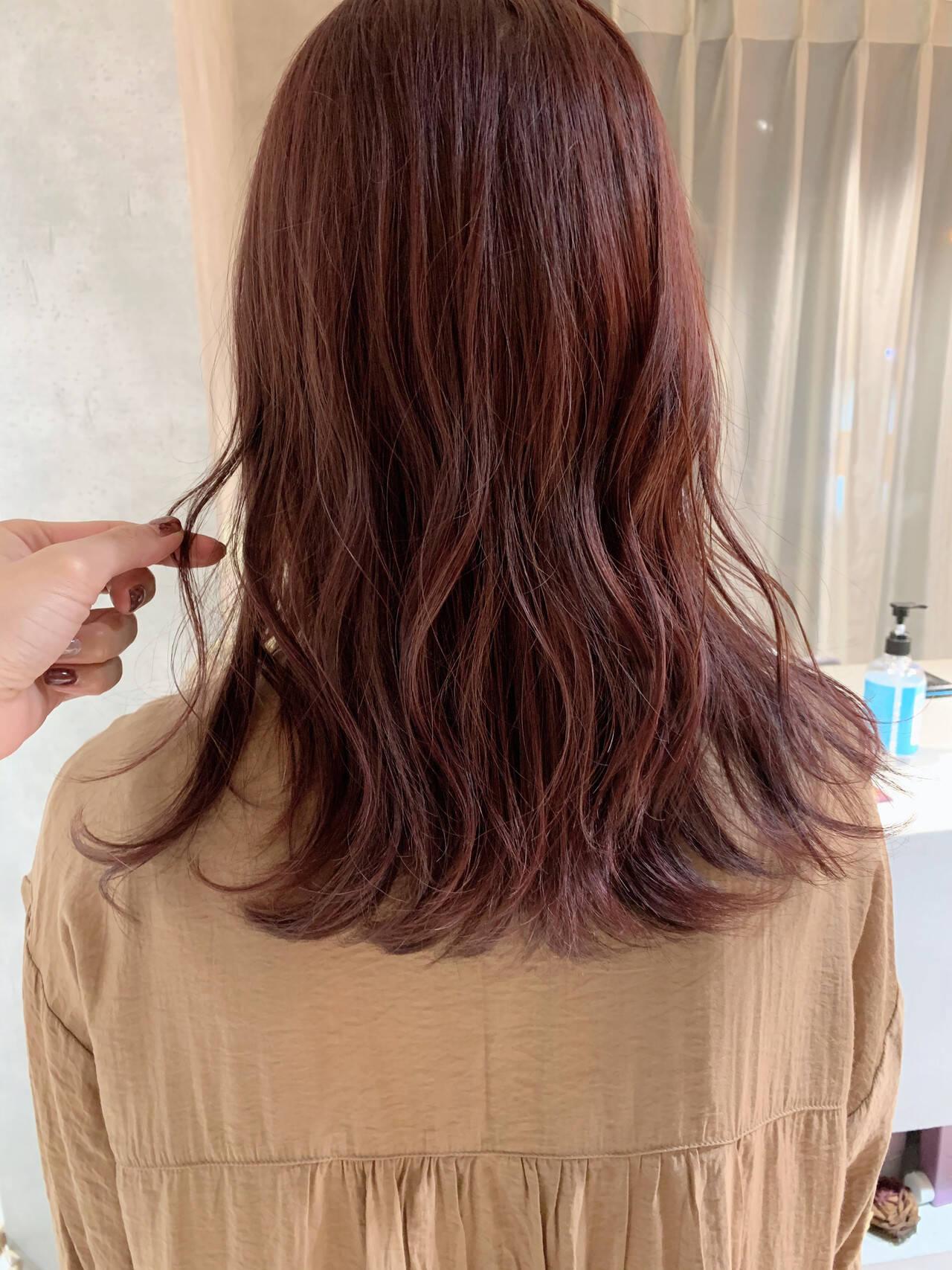 セミロング カシスカラー ナチュラル ピンクヘアスタイルや髪型の写真・画像