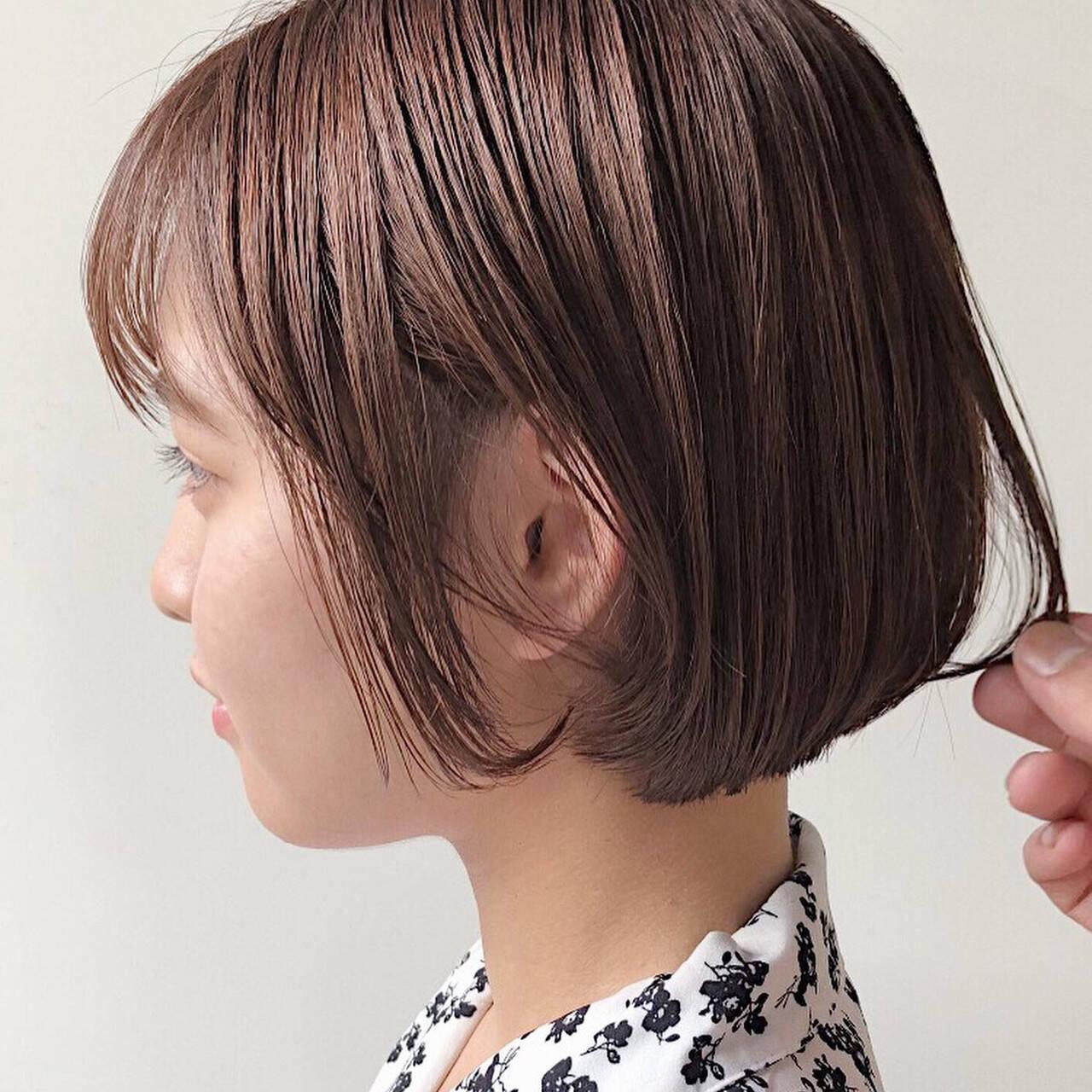 ショートボブ デート 切りっぱなしボブ ミルクティーベージュヘアスタイルや髪型の写真・画像