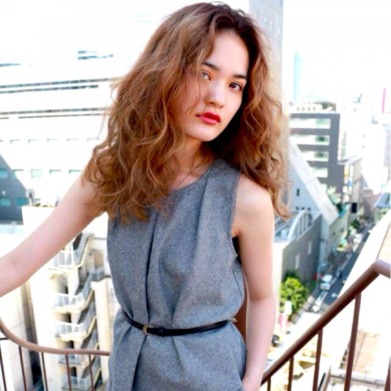 モード セミロング ウェーブ ストリートヘアスタイルや髪型の写真・画像
