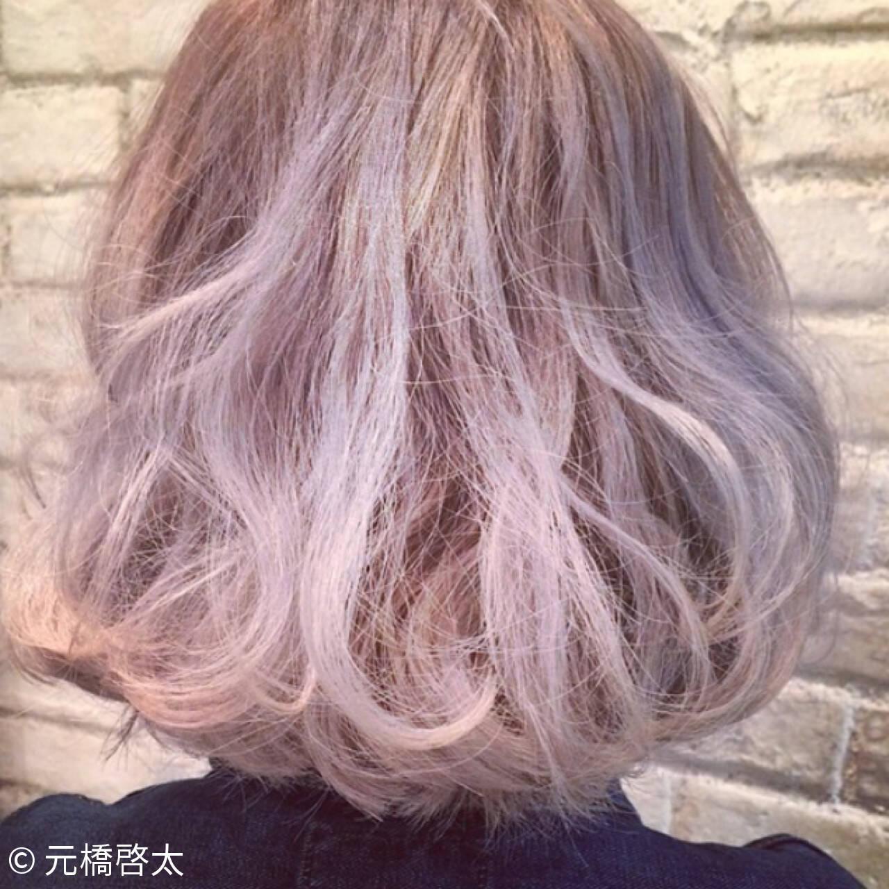 アッシュベージュ モード ミディアム ハイライトヘアスタイルや髪型の写真・画像