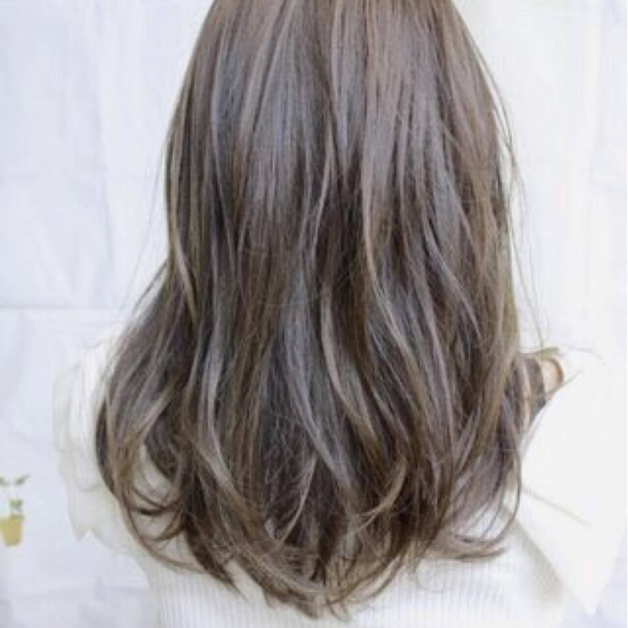 アッシュグレージュ ハイライト バレイヤージュ ストリートヘアスタイルや髪型の写真・画像