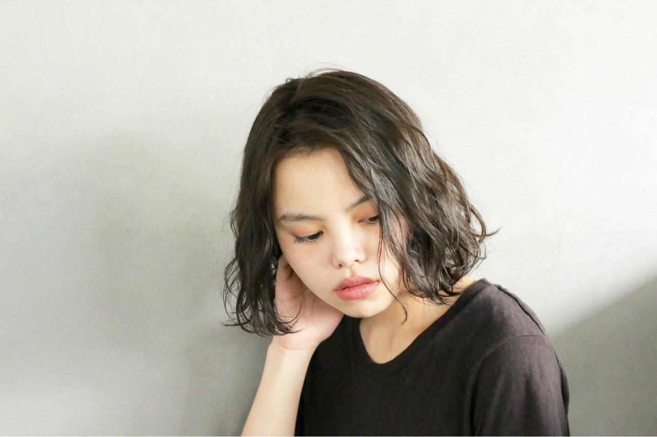 パーマ 簡単 暗髪 ナチュラルヘアスタイルや髪型の写真・画像