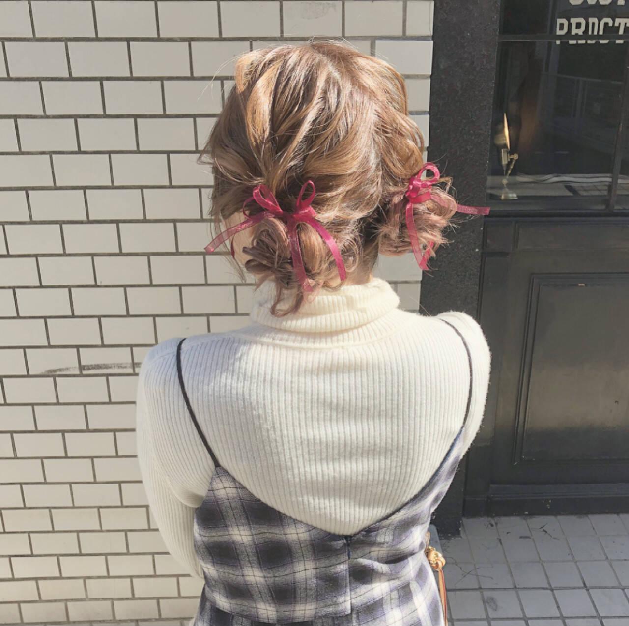 ツインお団子 ガーリー ヘアアレンジ セミロングヘアスタイルや髪型の写真・画像