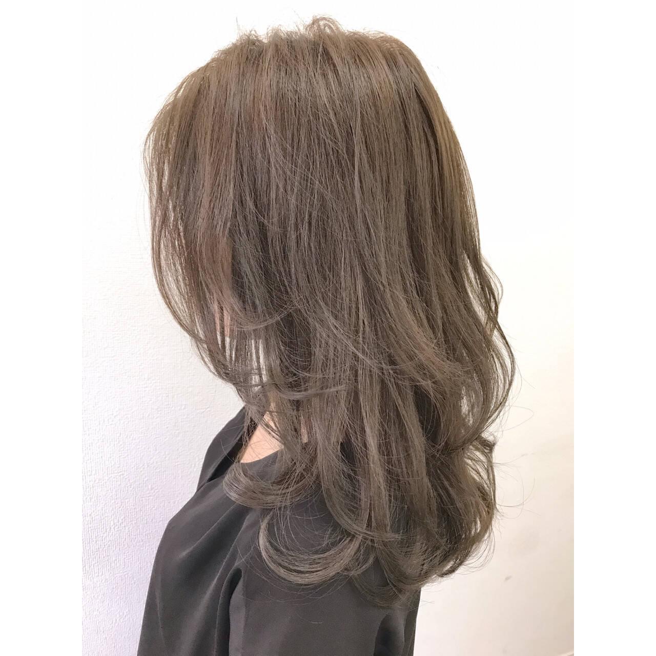 グレージュ リラックス アッシュ ウェーブヘアスタイルや髪型の写真・画像
