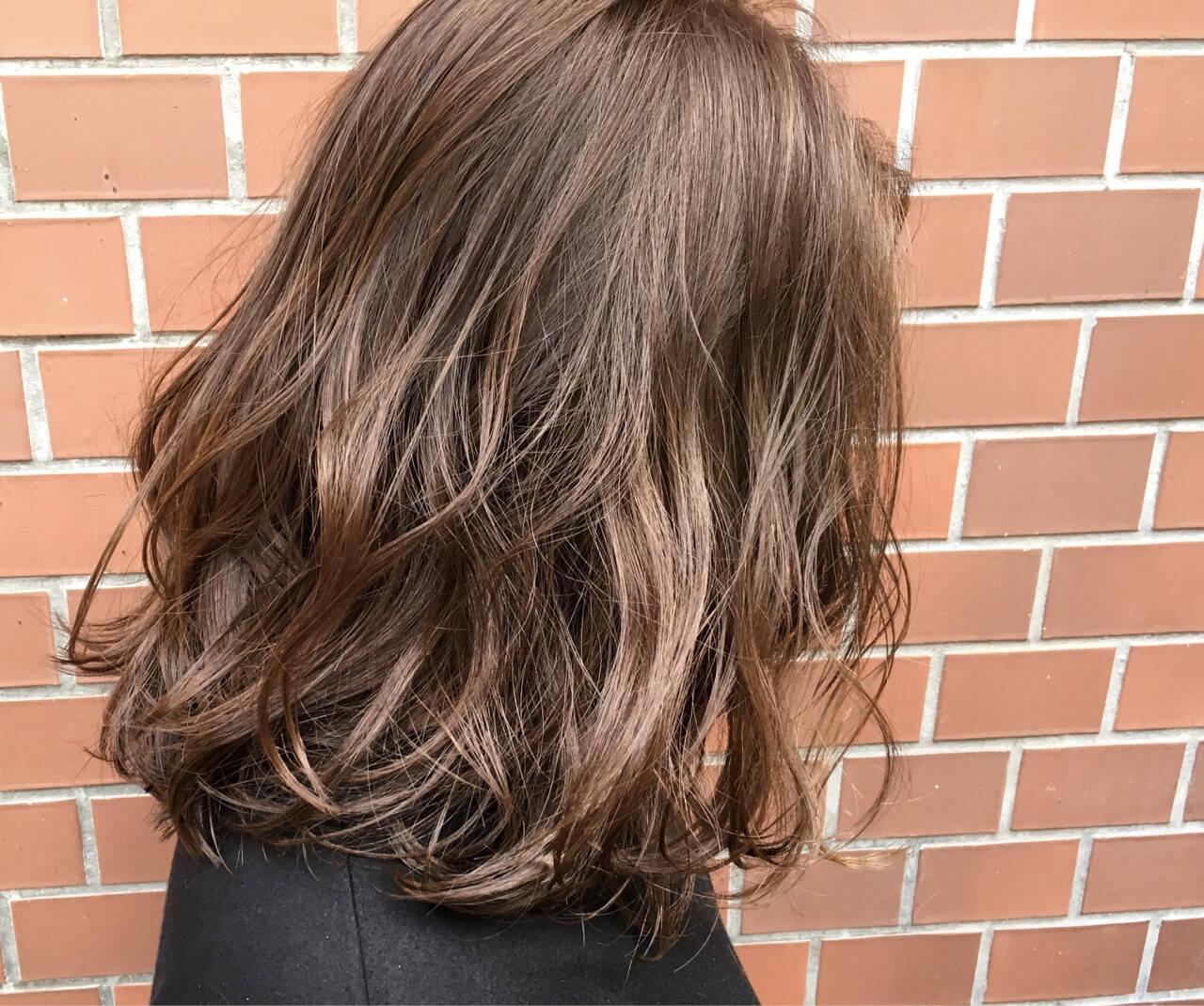 ハイライト ラベンダーアッシュ 前下がり ミディアムヘアスタイルや髪型の写真・画像