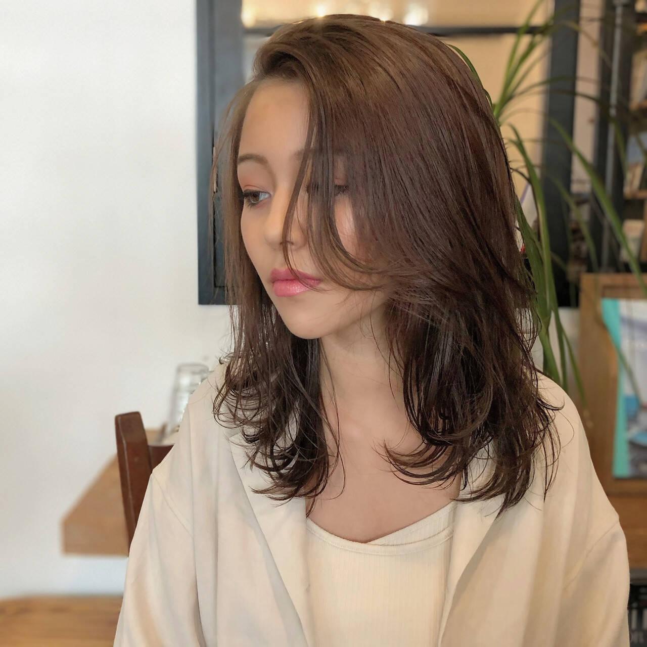 ミディアムレイヤー 色気 ミディアム ベージュカラーヘアスタイルや髪型の写真・画像