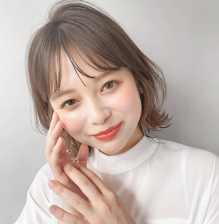 ミディアム シースルーバング デジタルパーマ インナーカラーヘアスタイルや髪型の写真・画像