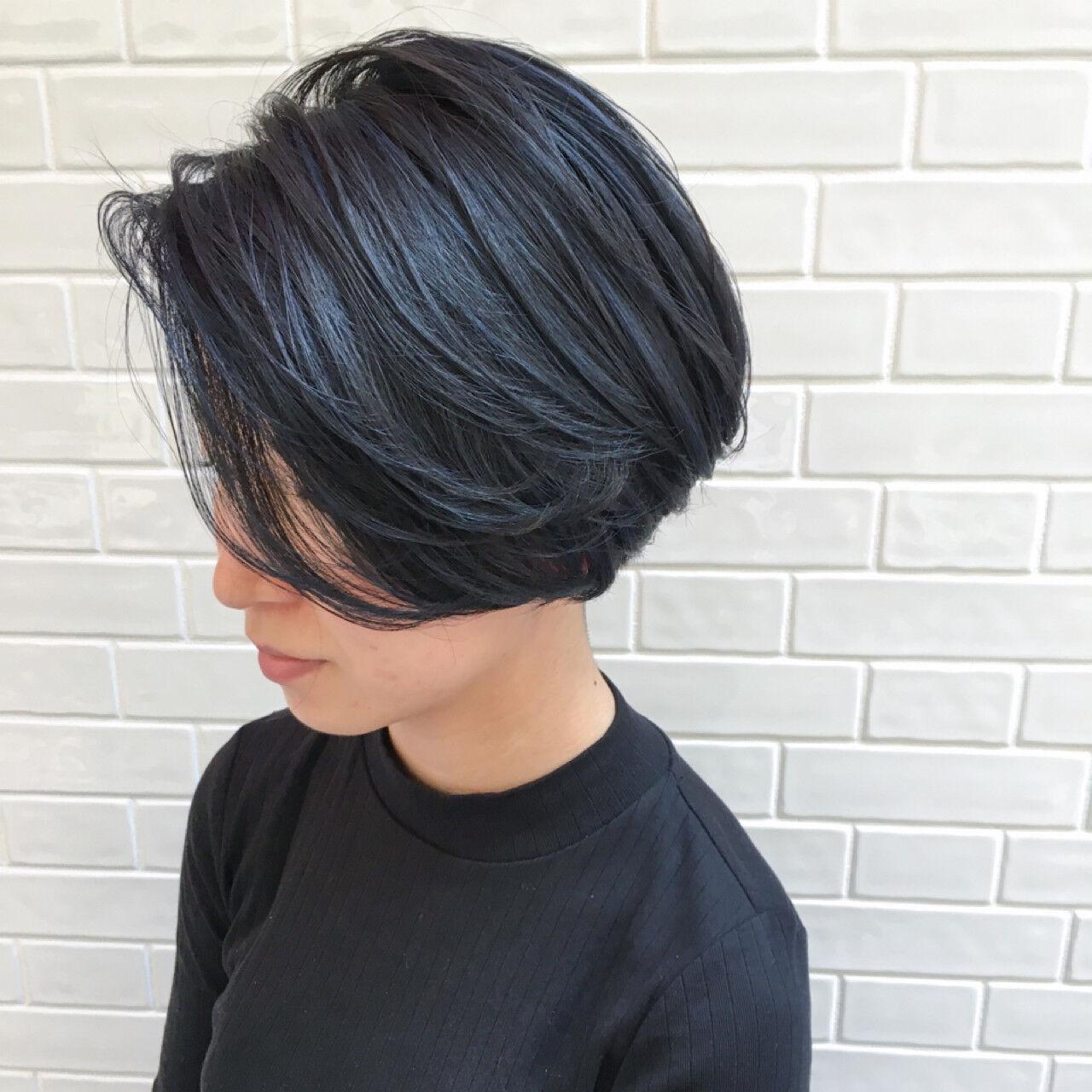 ネイビー ショートボブ ハイライト モードヘアスタイルや髪型の写真・画像