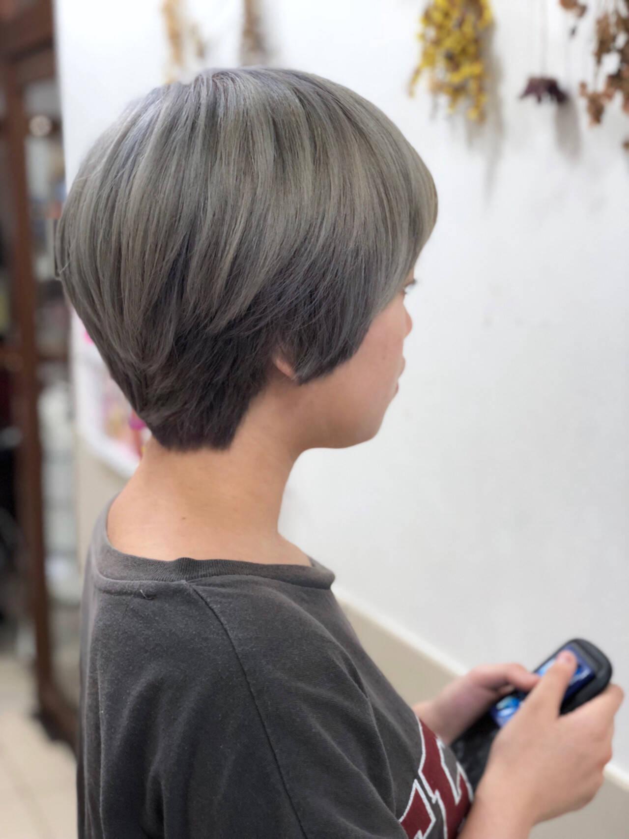 グレー 艶髪 ハイトーン ショートヘアスタイルや髪型の写真・画像