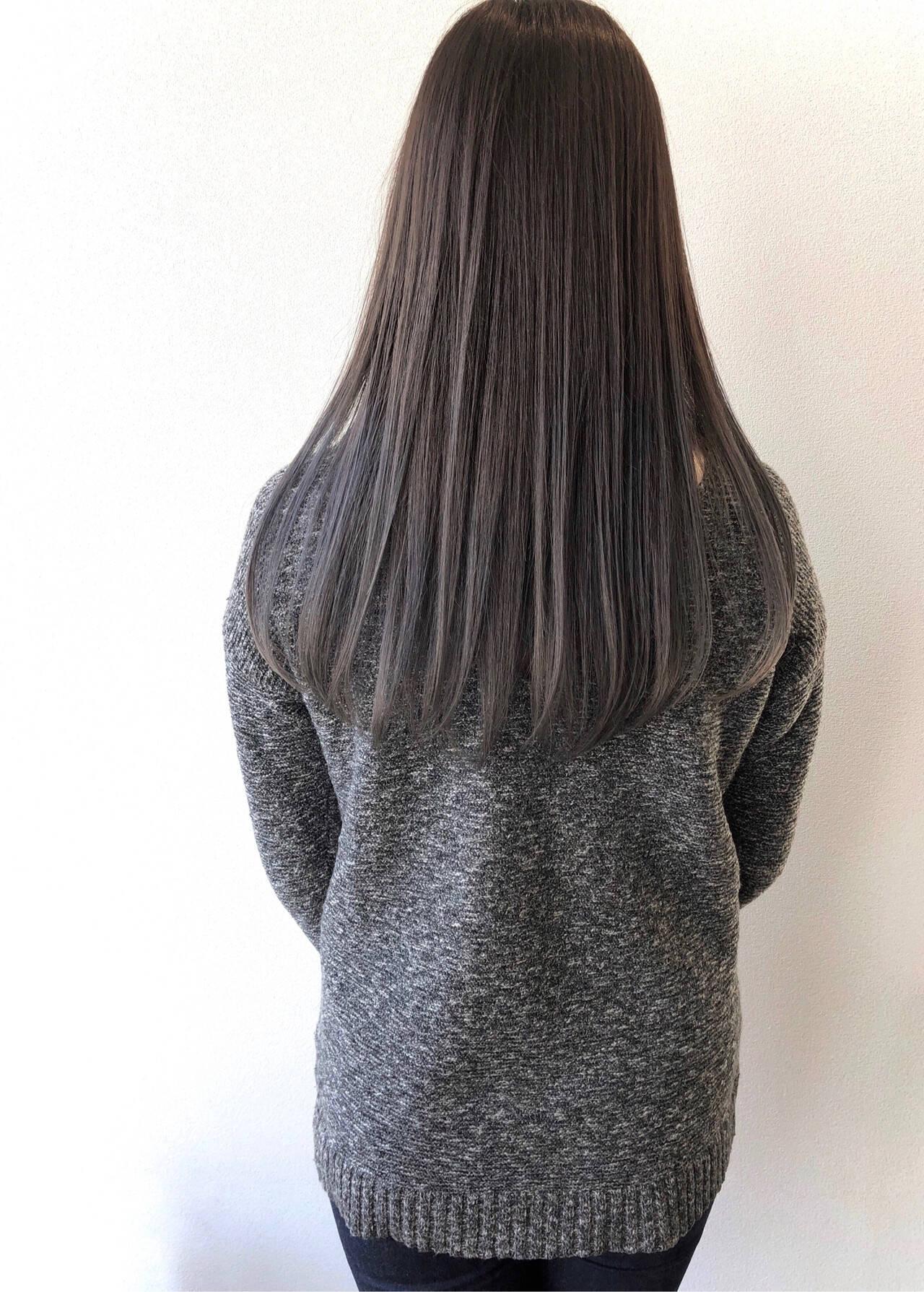ロング モノトーン シルバーグレイ シルバーアッシュヘアスタイルや髪型の写真・画像