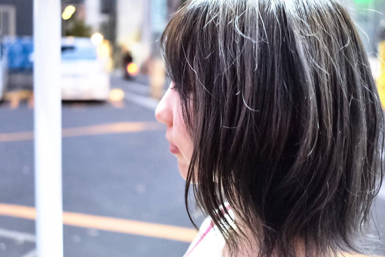 ネイビー ウェットヘア アッシュグレージュ こなれ感ヘアスタイルや髪型の写真・画像