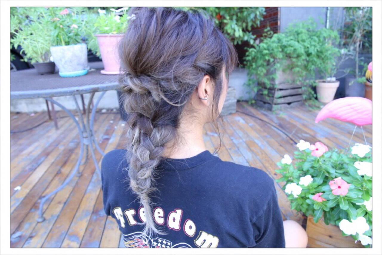 セミロング ねじり ヘアアレンジ 編み込みヘアスタイルや髪型の写真・画像