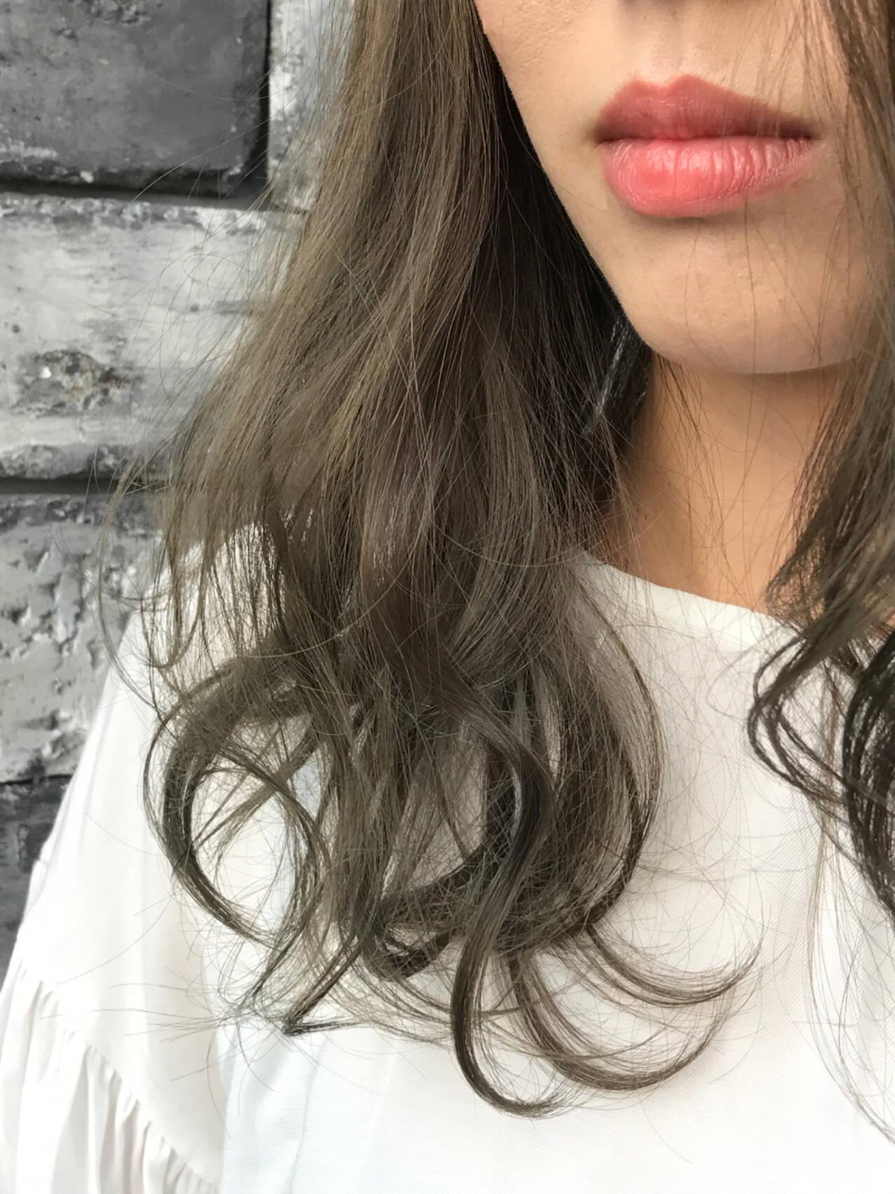 グレー グレージュ セミロング ゆるふわヘアスタイルや髪型の写真・画像