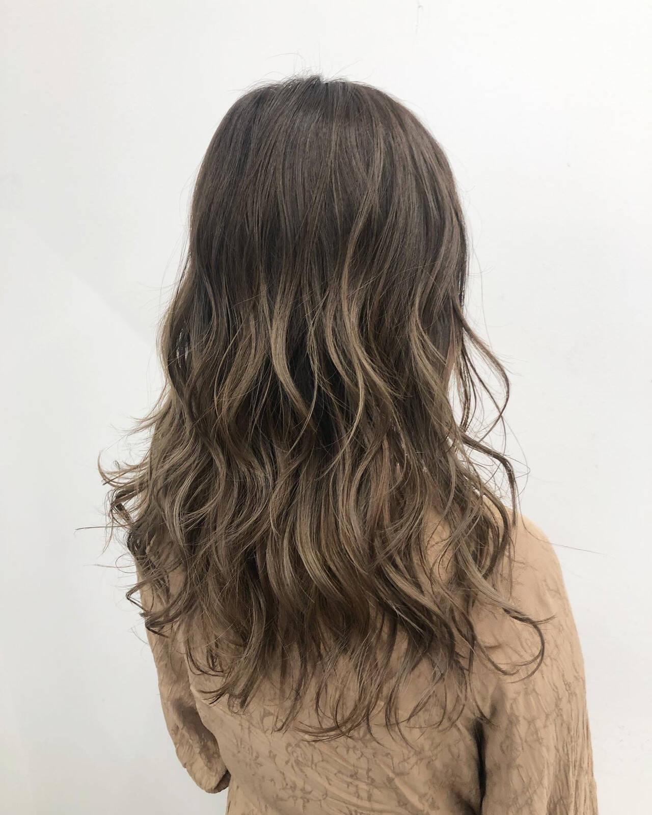 セミロング グラデーションカラー エアータッチ ナチュラルヘアスタイルや髪型の写真・画像