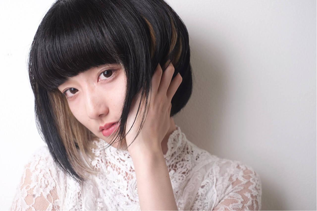 モード 黒髪 インナーカラー 前下がりボブヘアスタイルや髪型の写真・画像