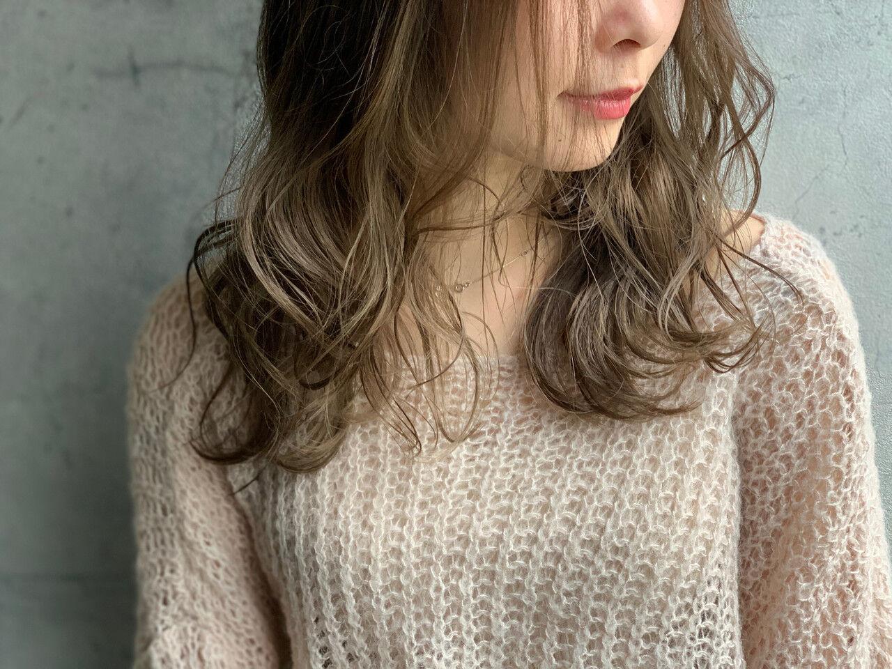 フェミニン インナーカラー アッシュグレージュ くびれカール ヘアスタイルや髪型の写真・画像