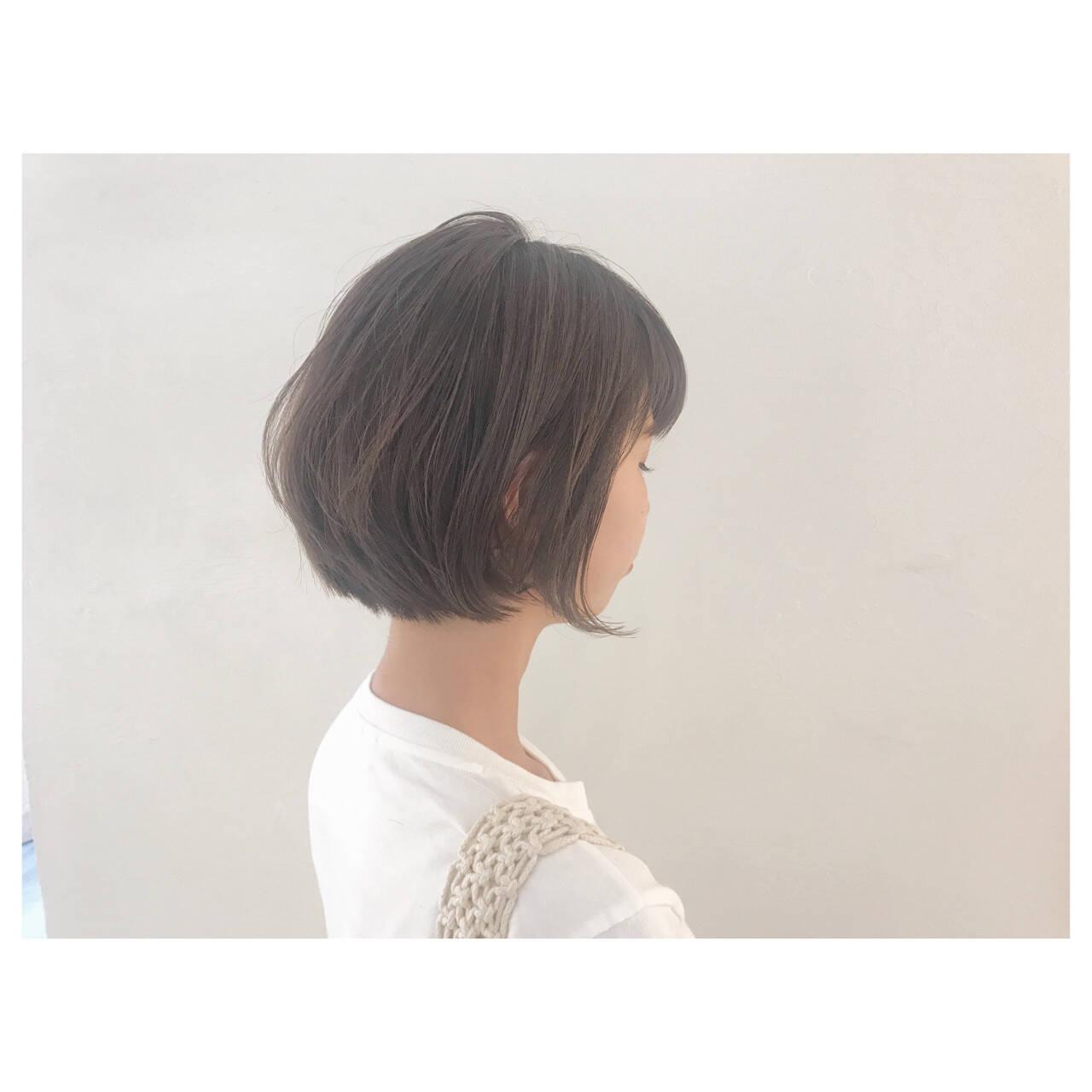 アッシュベージュ 大人かわいい オフィス 前下がりヘアスタイルや髪型の写真・画像