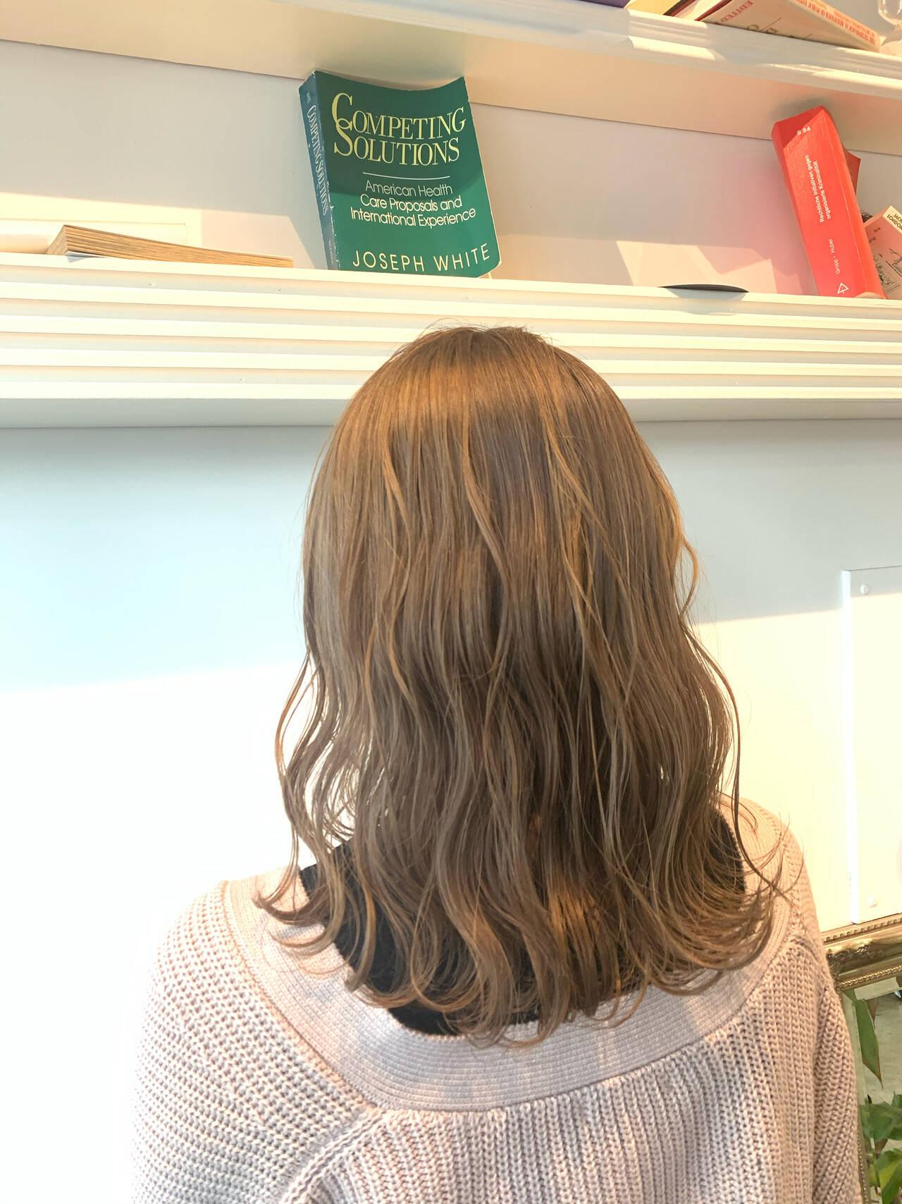 ミルクティーアッシュ インナーカラー シアーベージュ ミルクティーベージュヘアスタイルや髪型の写真・画像