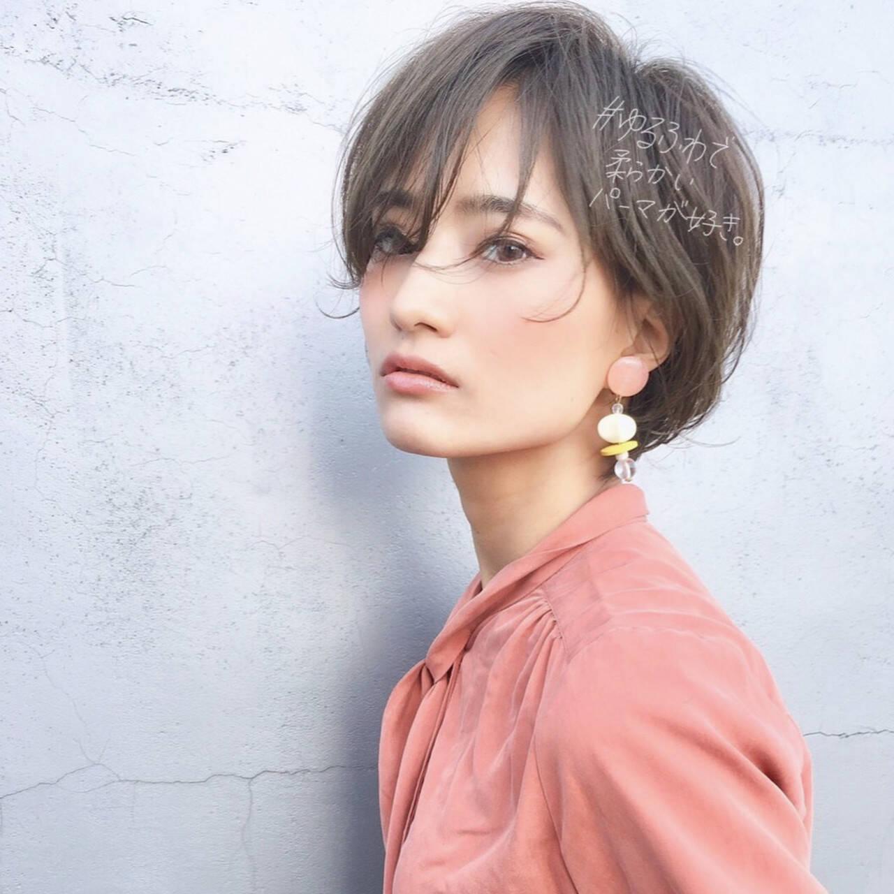 ヘアアレンジ ショート パーマ オフィスヘアスタイルや髪型の写真・画像