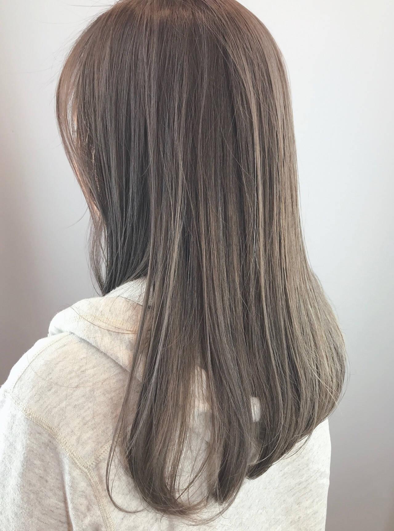 アッシュグレー ストレート ストリート 大人ハイライトヘアスタイルや髪型の写真・画像