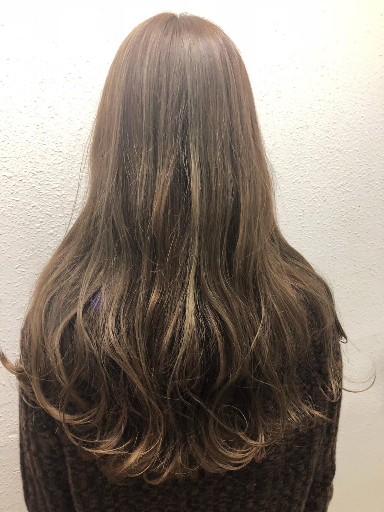 ナチュラル ハイライト ロング アッシュベージュヘアスタイルや髪型の写真・画像