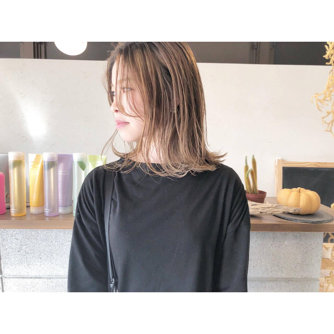 大人ハイライト ミルクティー ナチュラル ミディアムヘアスタイルや髪型の写真・画像
