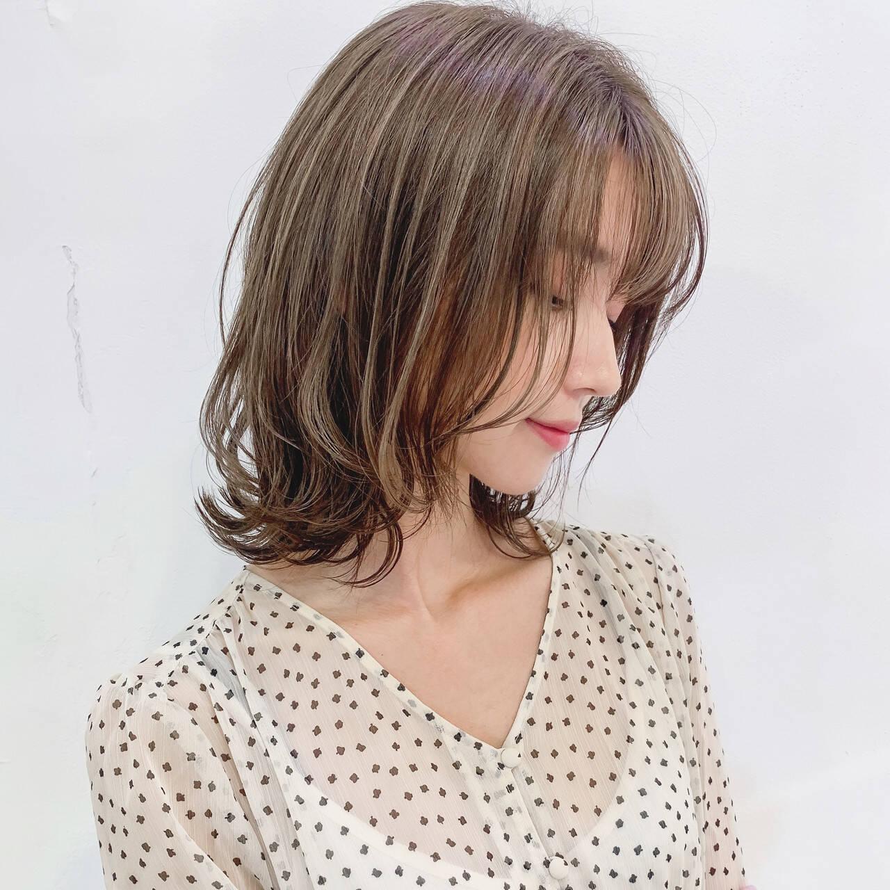 ミルクティーベージュ ナチュラル 白髪染め 極細ハイライトヘアスタイルや髪型の写真・画像