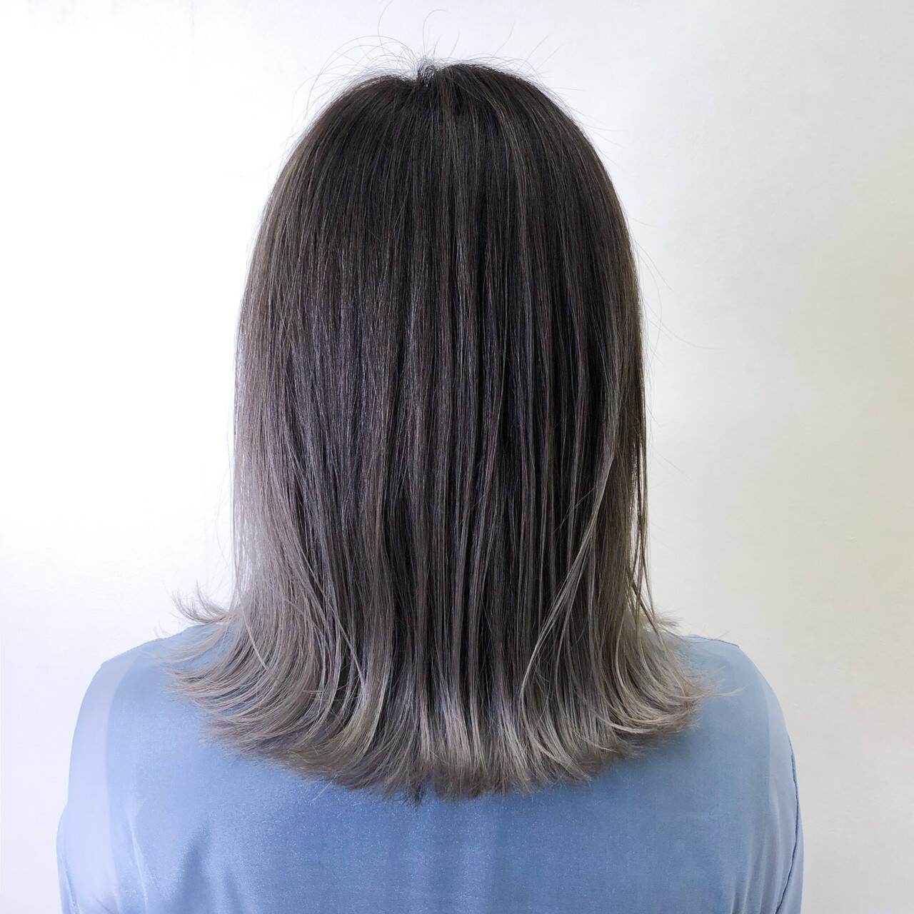 ストリート バレイヤージュ コントラストハイライト アッシュグレーヘアスタイルや髪型の写真・画像