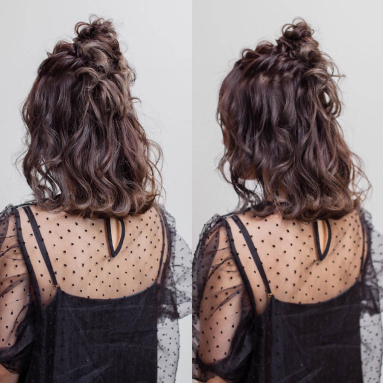 フェミニン お団子 ミディアム ヘアアレンジヘアスタイルや髪型の写真・画像