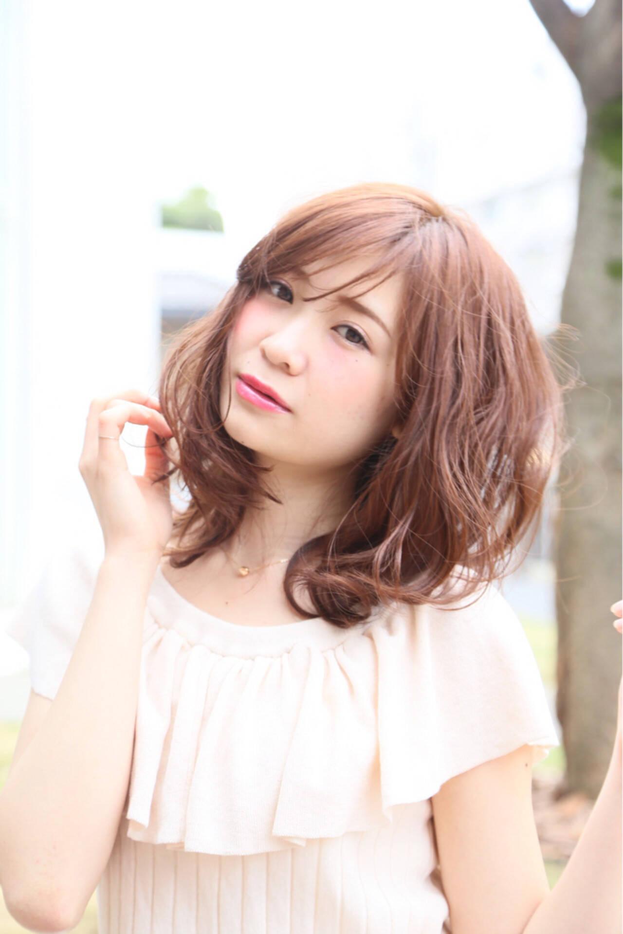 ミディアム 波ウェーブ ピンクアッシュ ハイライトヘアスタイルや髪型の写真・画像