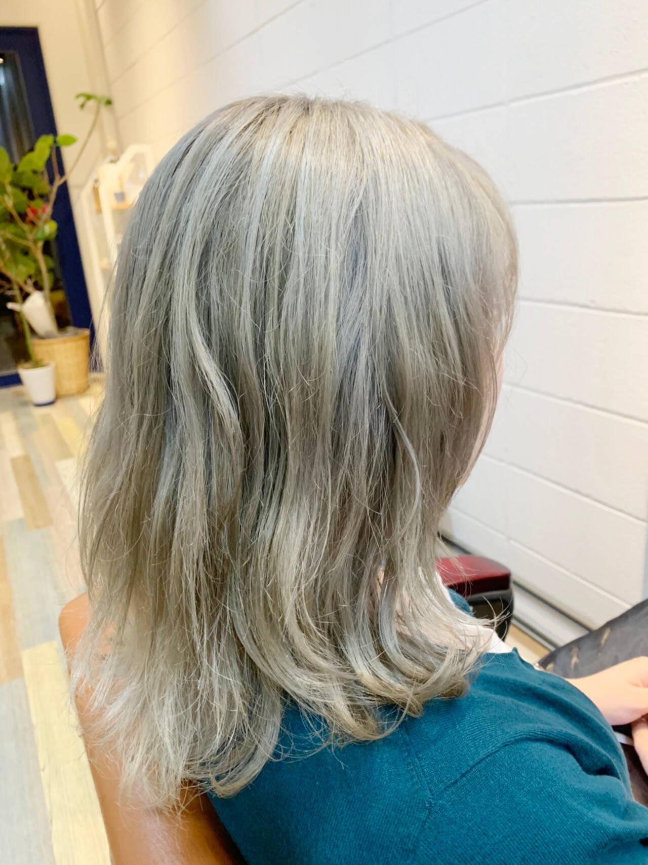 ミルクティーベージュ ミディアム ホワイトアッシュ ホワイトヘアスタイルや髪型の写真・画像