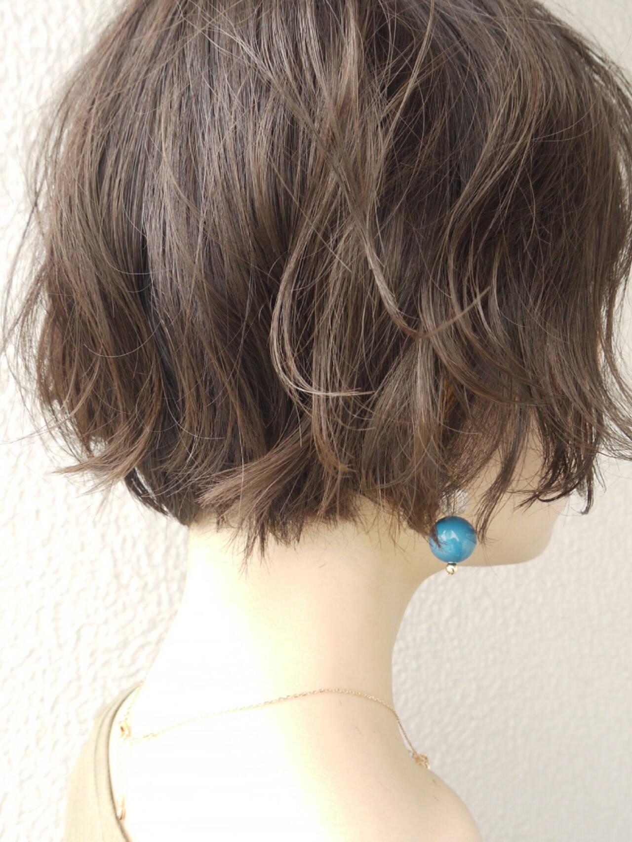上品 ウェーブ 外国人風カラー アッシュグレージュヘアスタイルや髪型の写真・画像