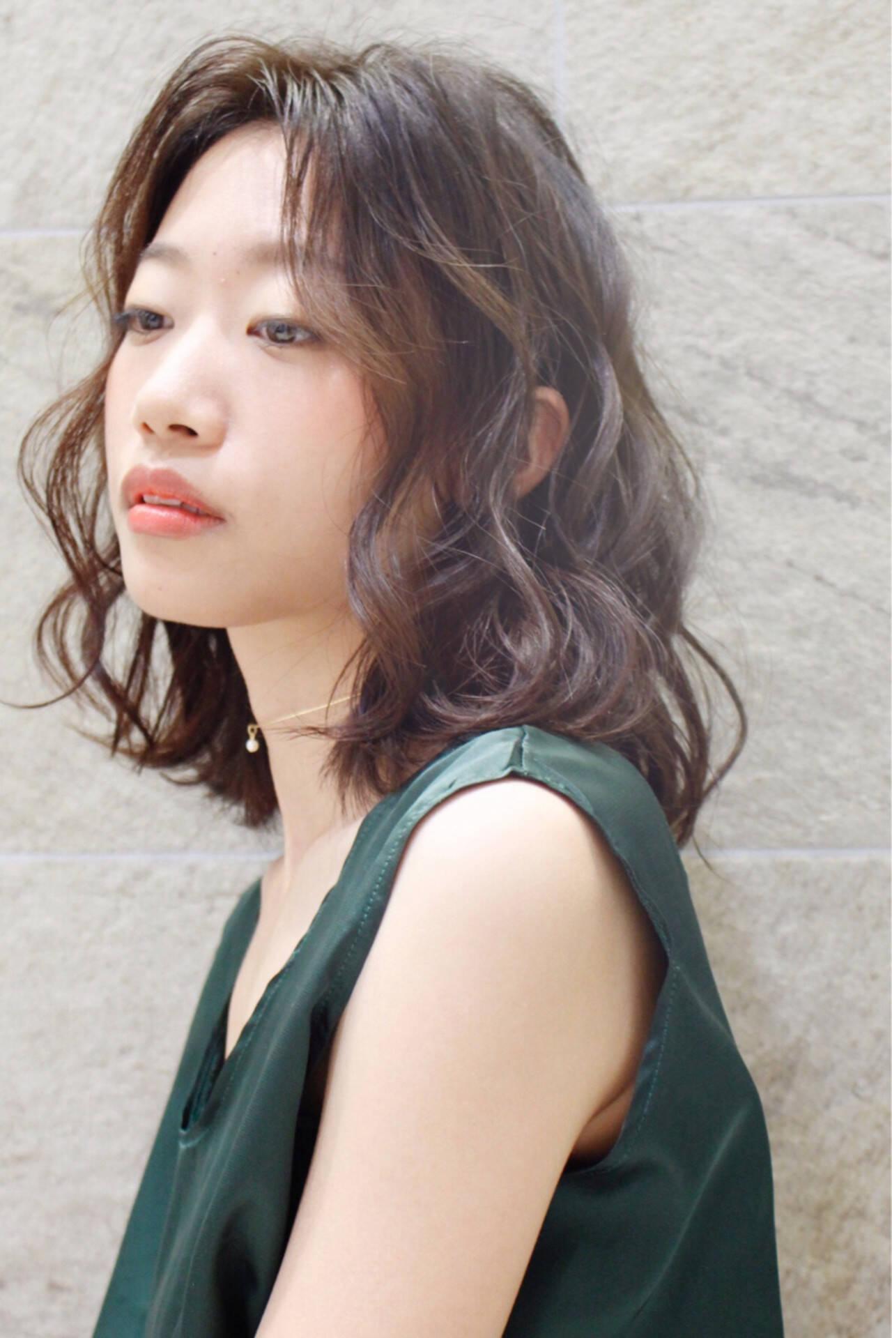 大人女子 ウェーブ ミディアム モードヘアスタイルや髪型の写真・画像