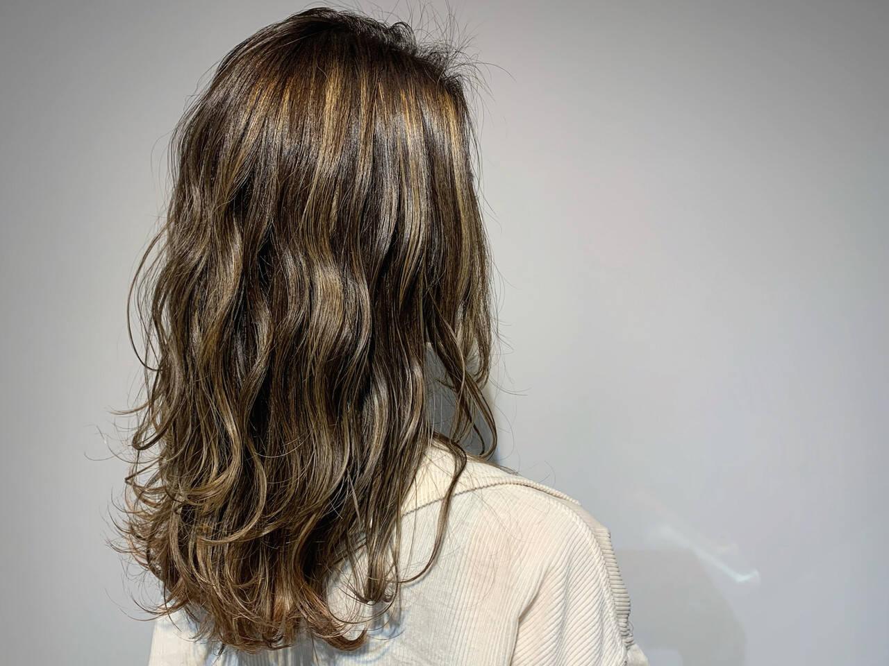 グレージュ セミロング ナチュラル ウルフカットヘアスタイルや髪型の写真・画像