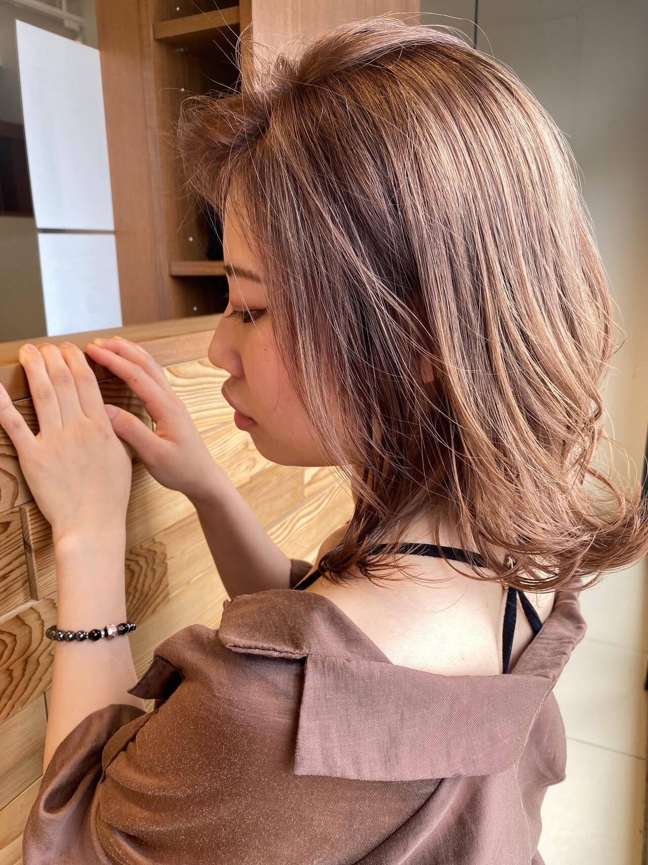 透明感カラー ミディアム フェミニン ヌーディベージュヘアスタイルや髪型の写真・画像