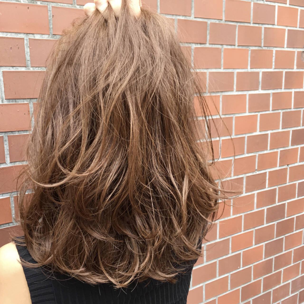 グレージュ ハイライト 外国人風 レイヤーカットヘアスタイルや髪型の写真・画像