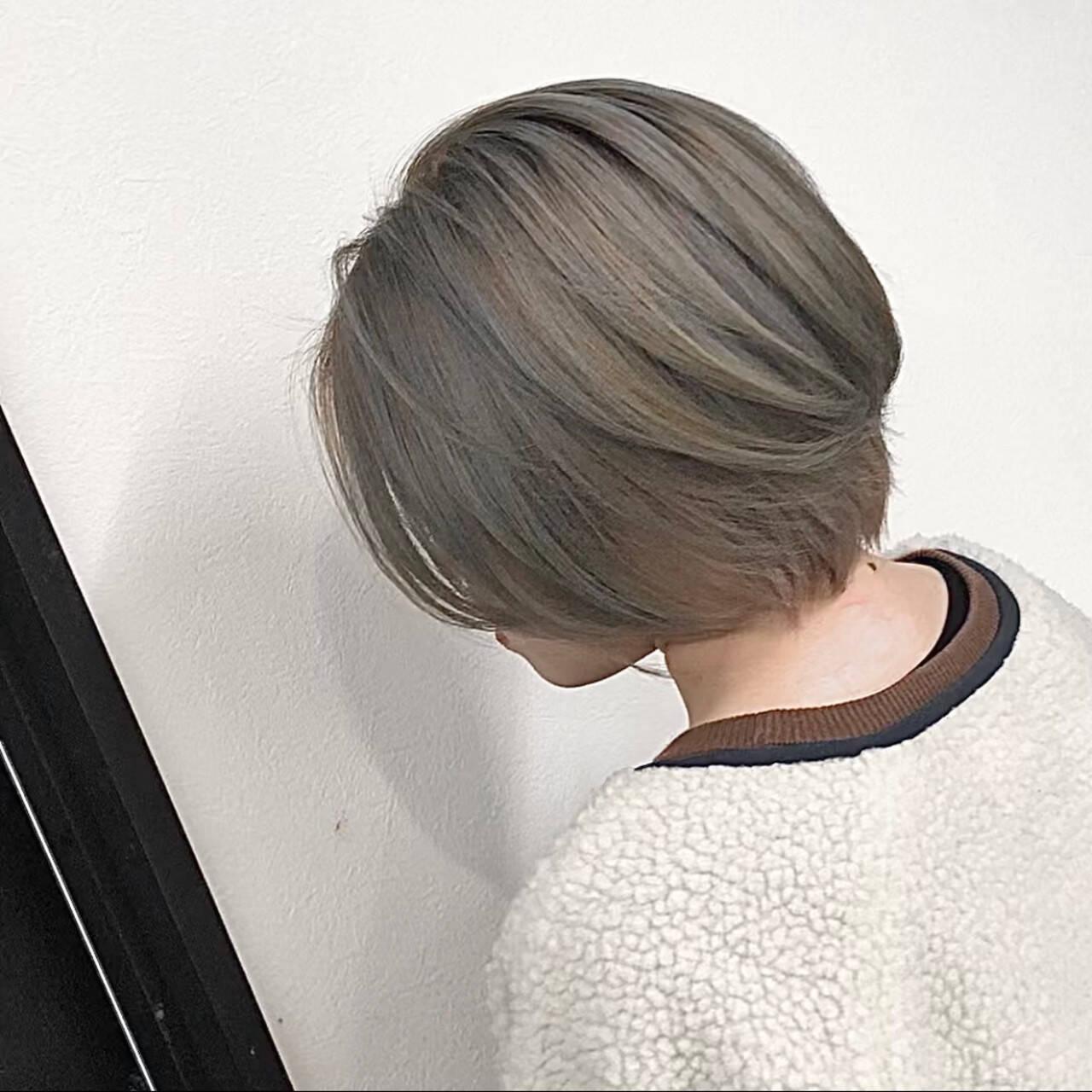 ベージュ ショート アッシュベージュ ストリートヘアスタイルや髪型の写真・画像