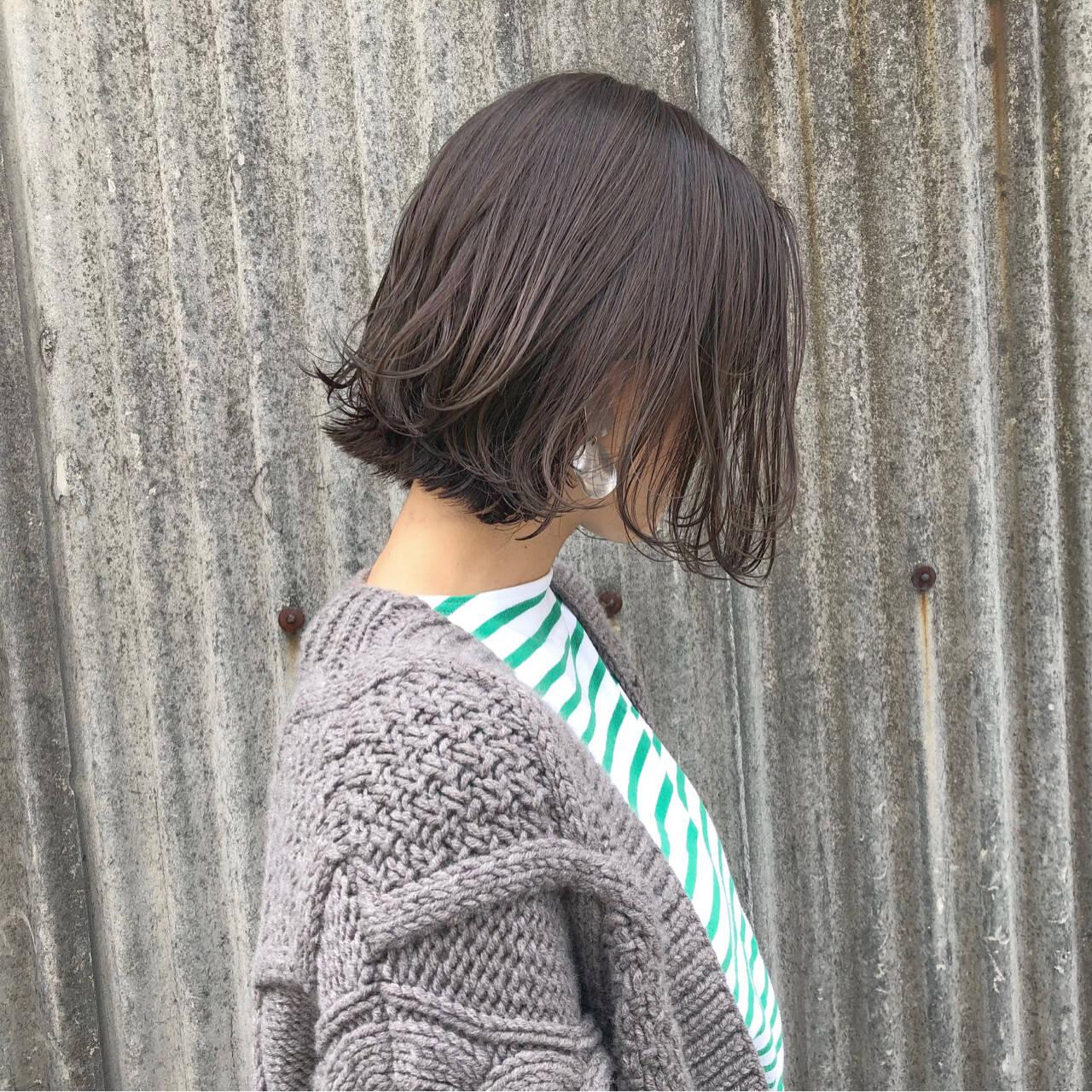 カーキアッシュ オリーブアッシュ 切りっぱなし ナチュラルヘアスタイルや髪型の写真・画像