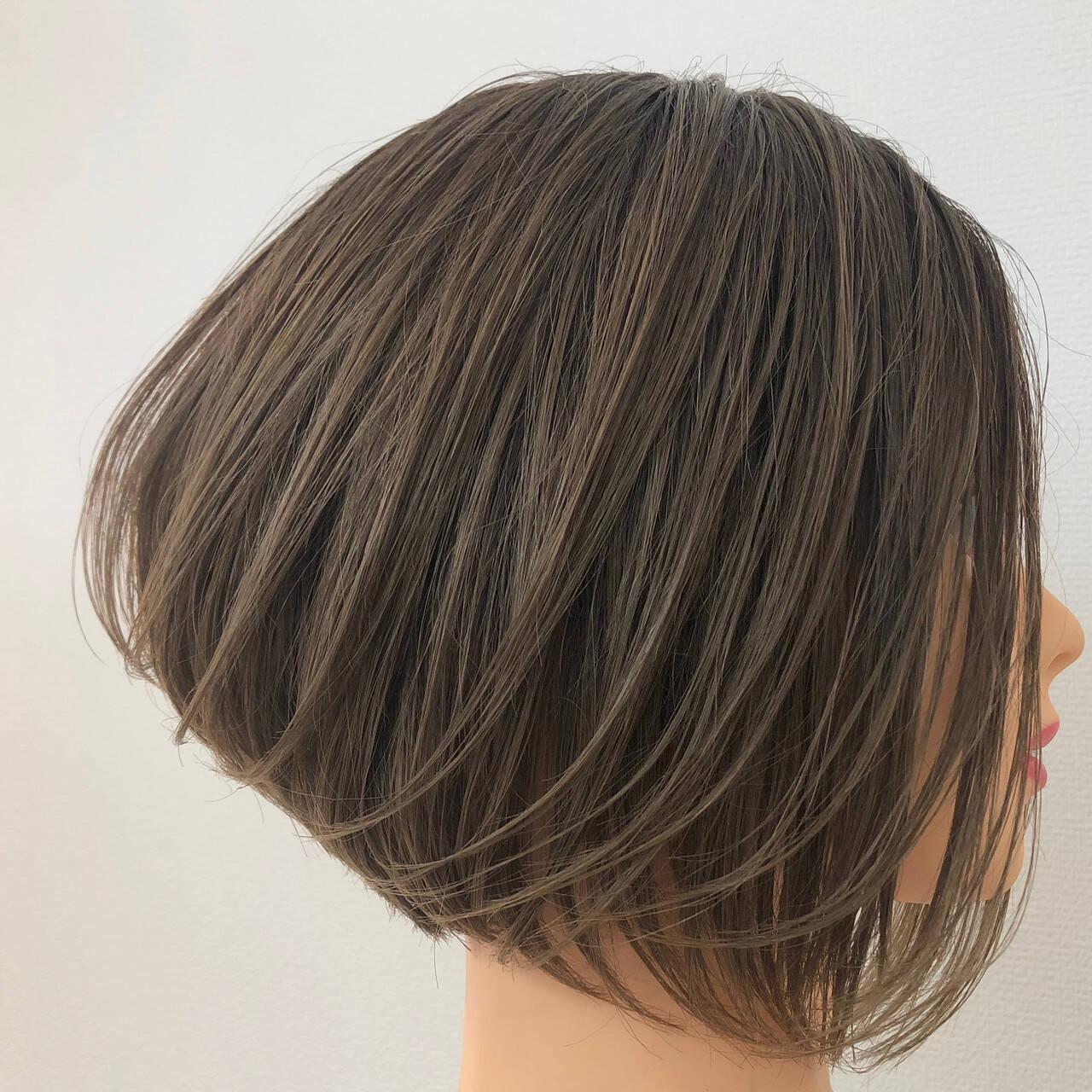 デート 前下がりボブ ナチュラル グレージュヘアスタイルや髪型の写真・画像