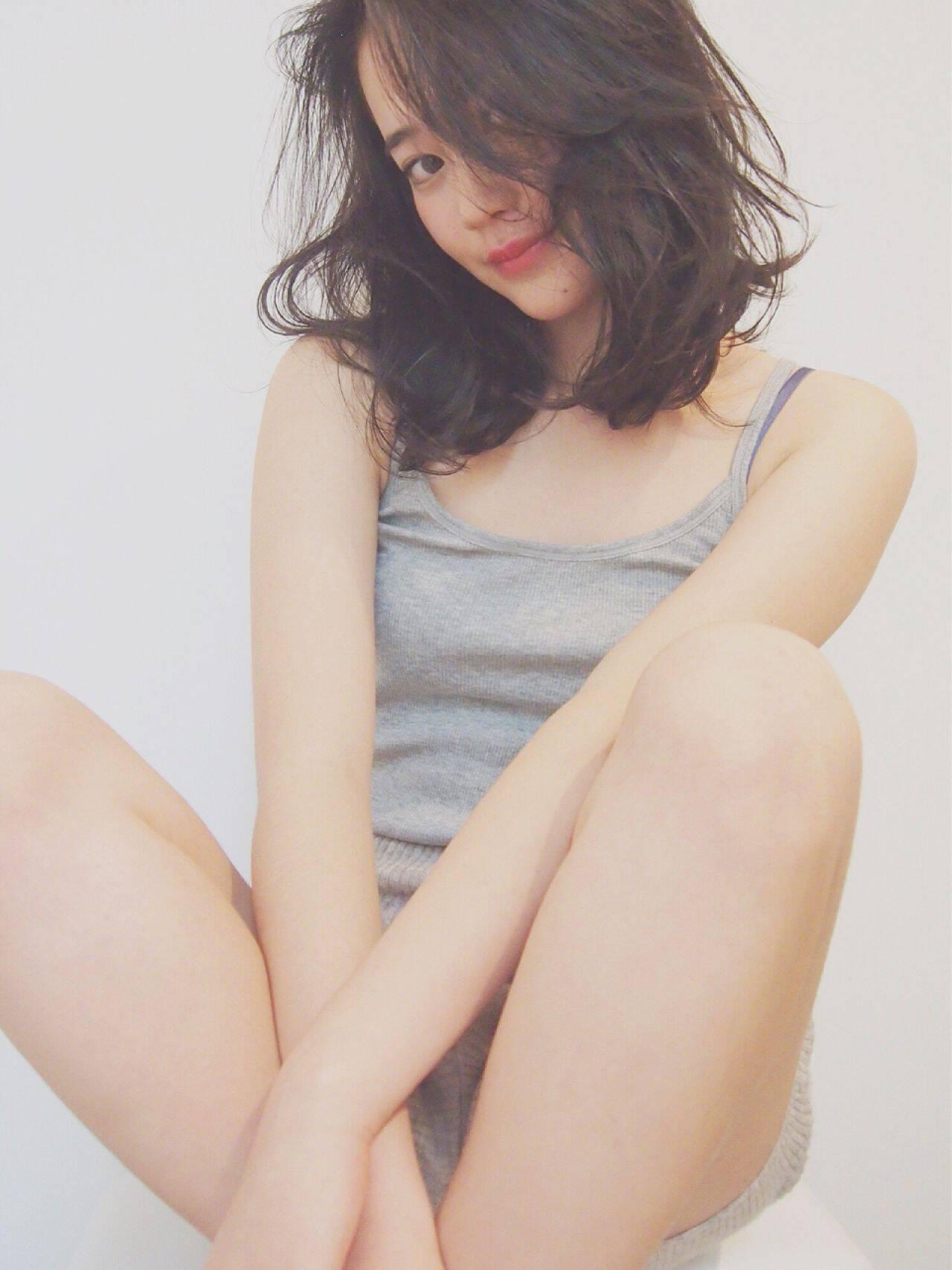 ウェットヘア モテ髪 ナチュラル ミディアムヘアスタイルや髪型の写真・画像