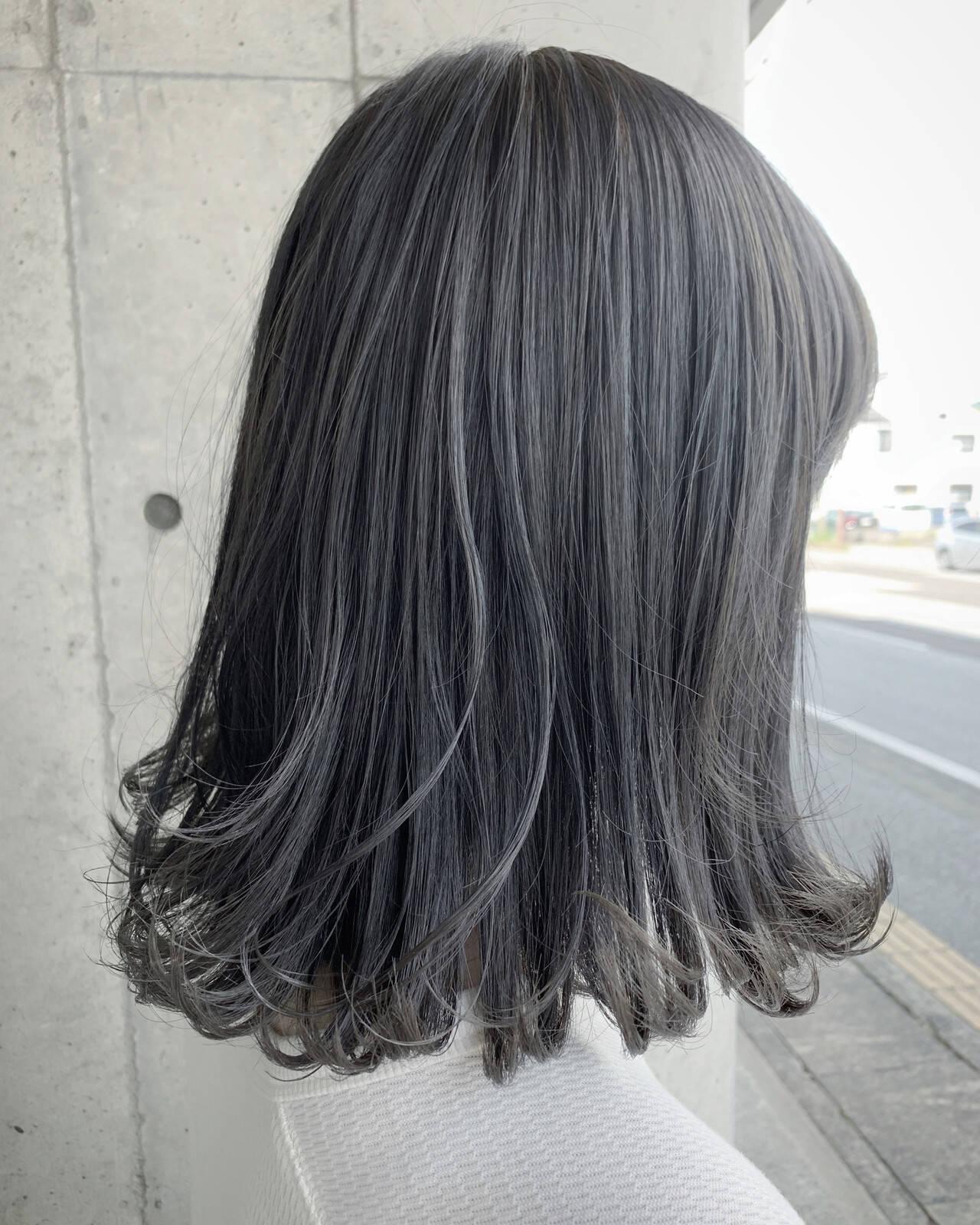 ミディアム グレーアッシュ グラデーションカラー グレーヘアスタイルや髪型の写真・画像