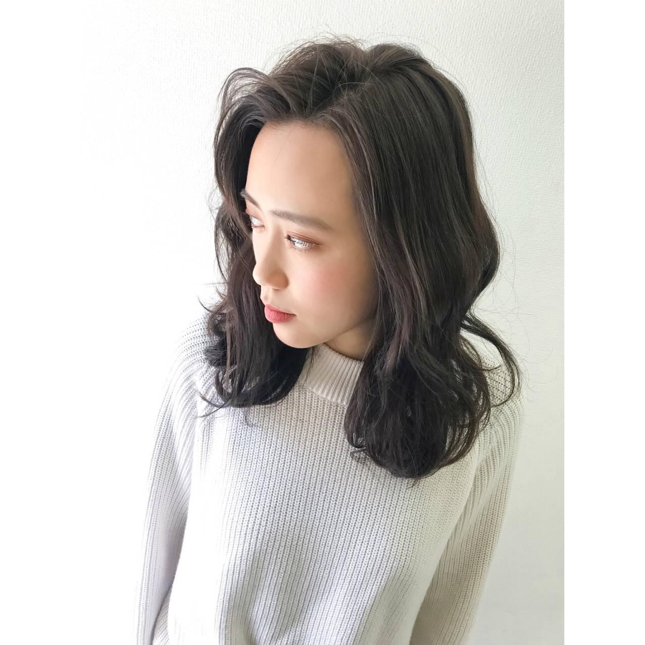 アッシュベージュ アンニュイ ミディアム ハイライトヘアスタイルや髪型の写真・画像