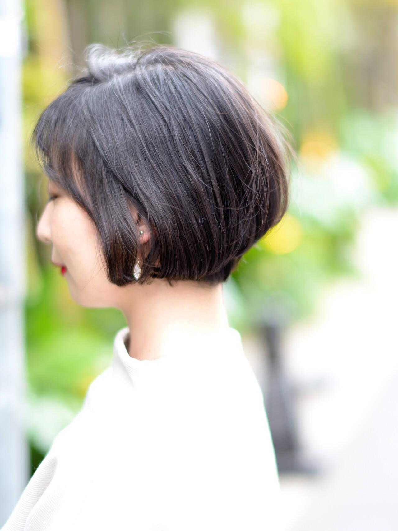 パーマ 黒髪 アウトドア 前下がりショートヘアスタイルや髪型の写真・画像