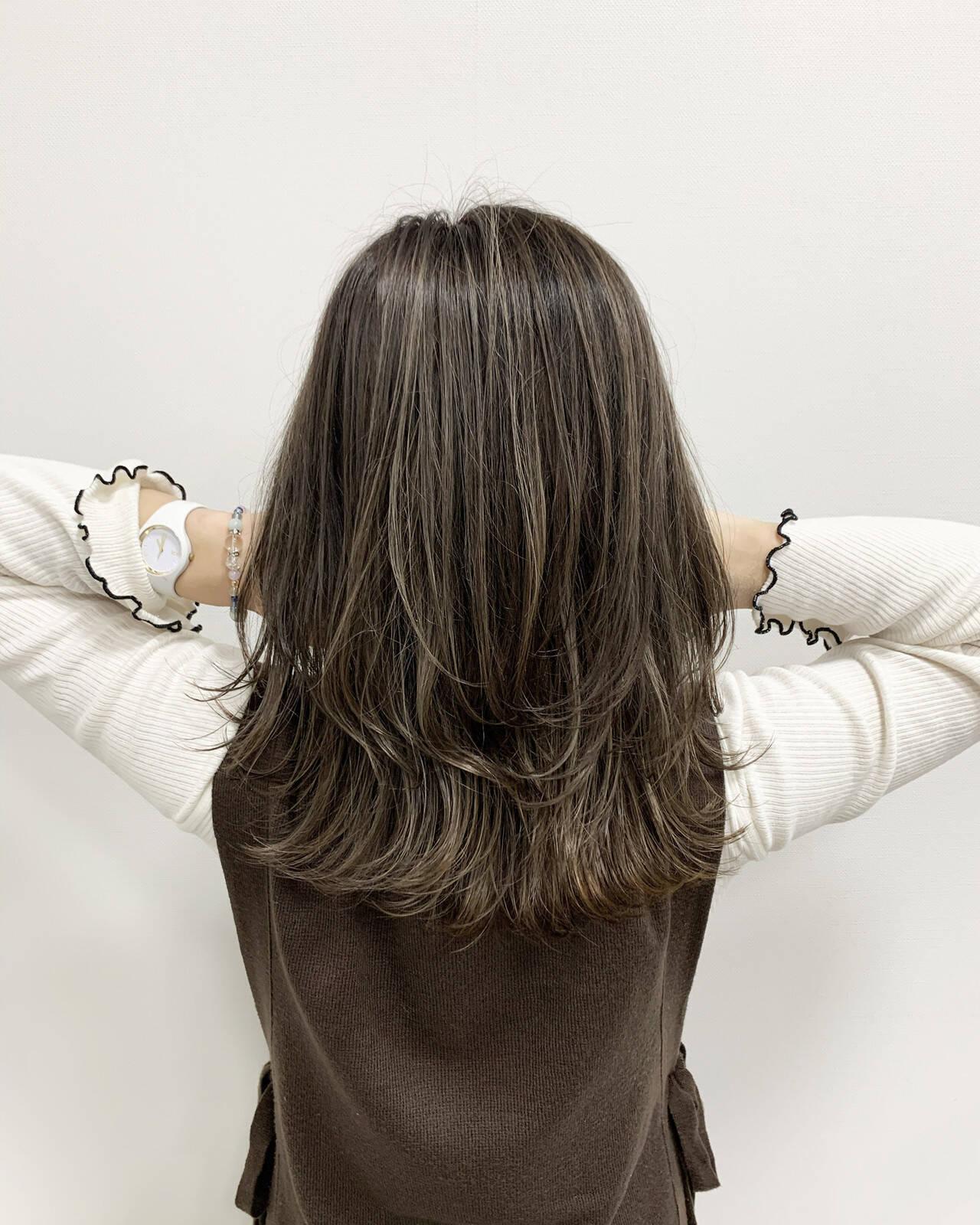 ミディアム ハイライト ヘアカラー 大人ハイライトヘアスタイルや髪型の写真・画像