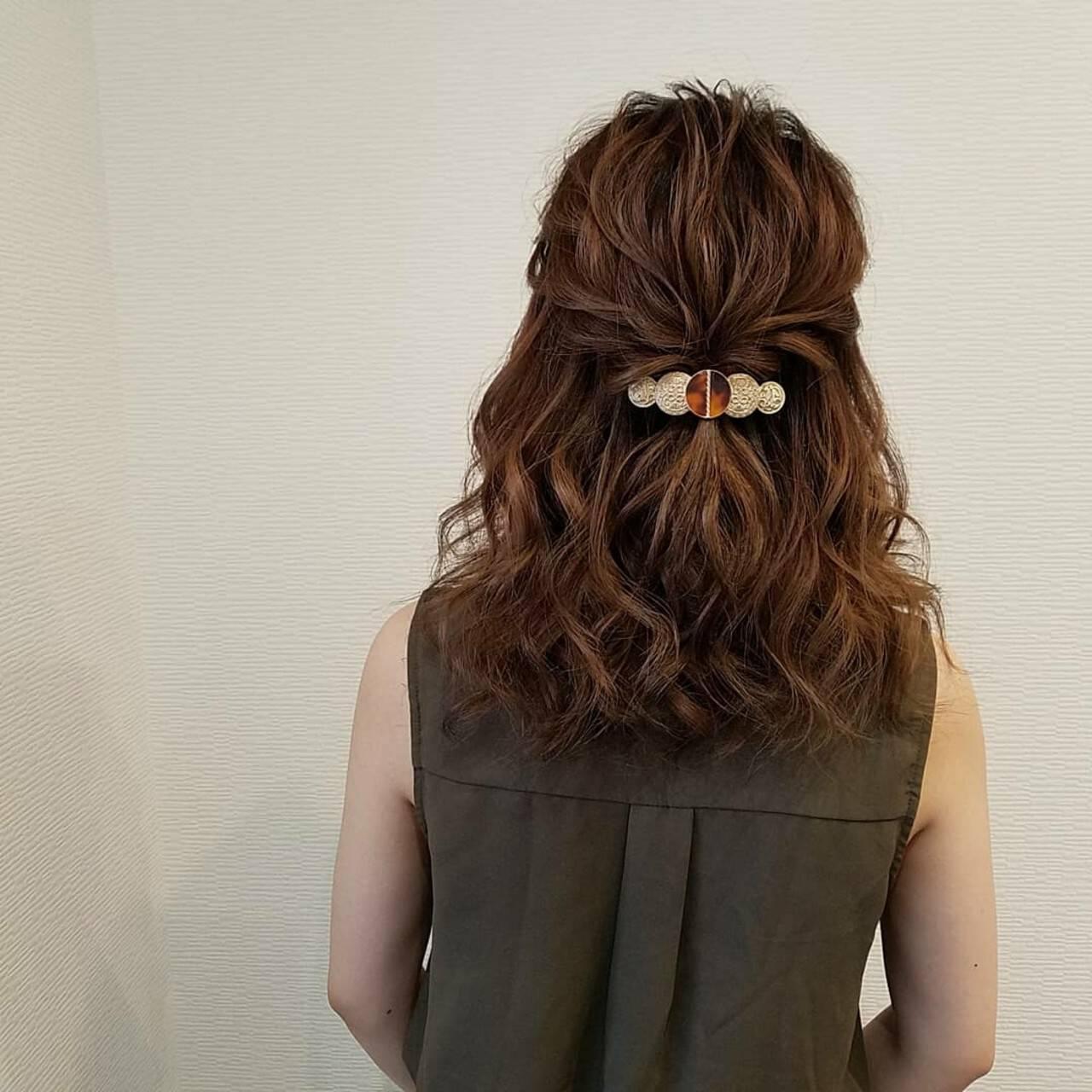 ハーフアップ ねじり フェミニン ミディアムヘアスタイルや髪型の写真・画像