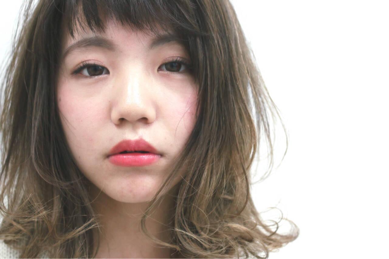 ミディアム グラデーションカラー ハイライト フェミニンヘアスタイルや髪型の写真・画像