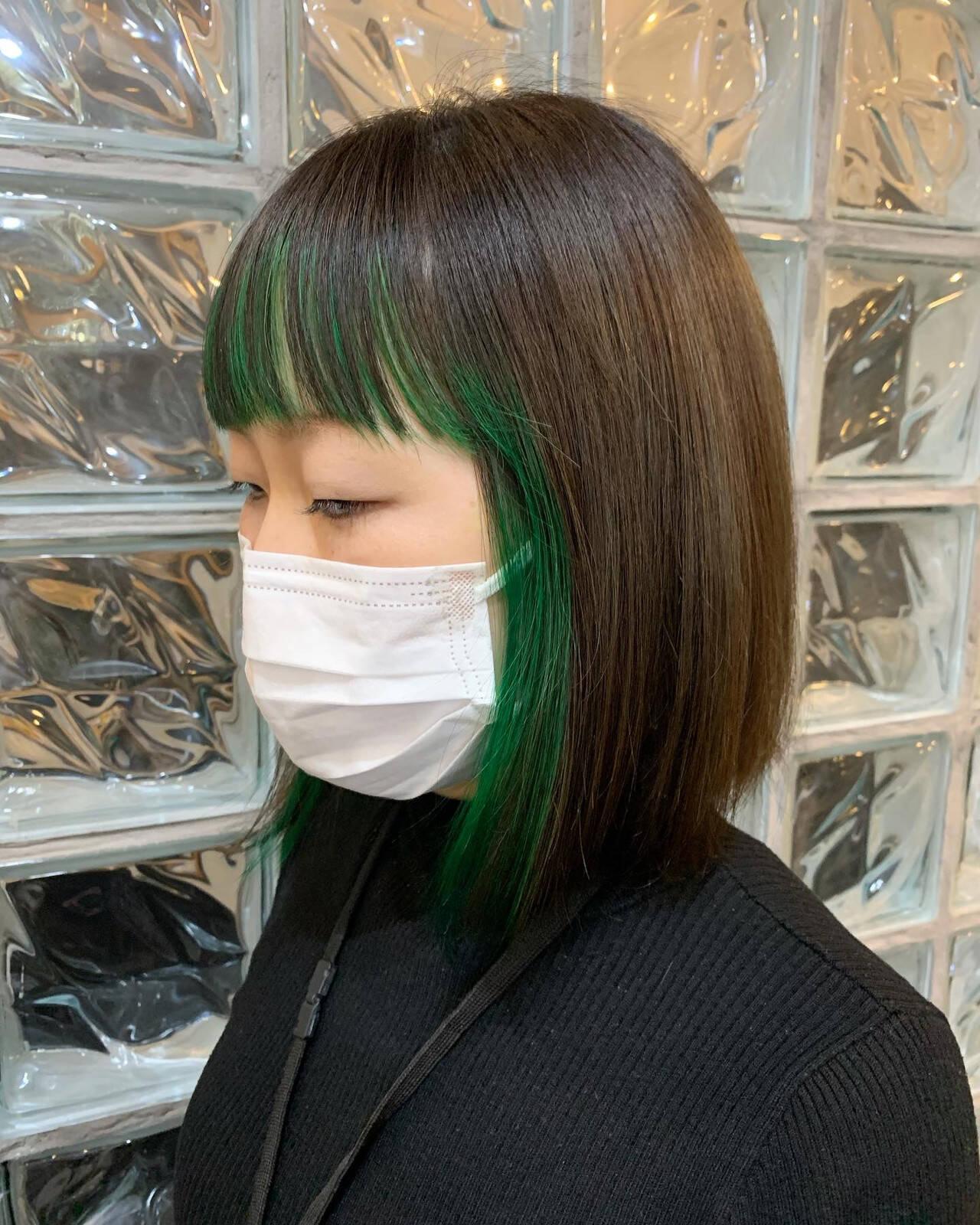 インナーグリーン ミディアム ナチュラル ブリーチカラーヘアスタイルや髪型の写真・画像
