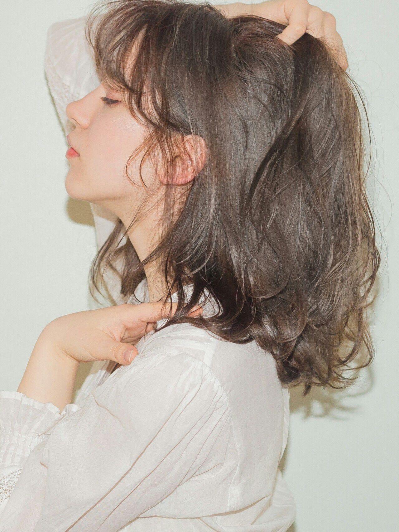 フェミニン アッシュ セミロング 前髪ありヘアスタイルや髪型の写真・画像