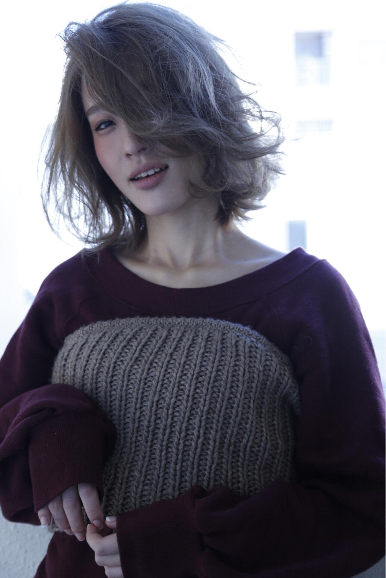 コンサバ シルバー ミディアム ブリーチヘアスタイルや髪型の写真・画像